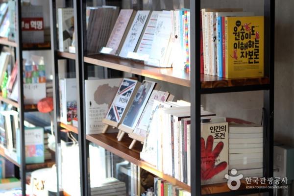 다양한 책들을 만날 수 있는 경의선책거리 책방.