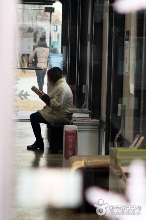 책 읽는 즐거움에 빠진 시민