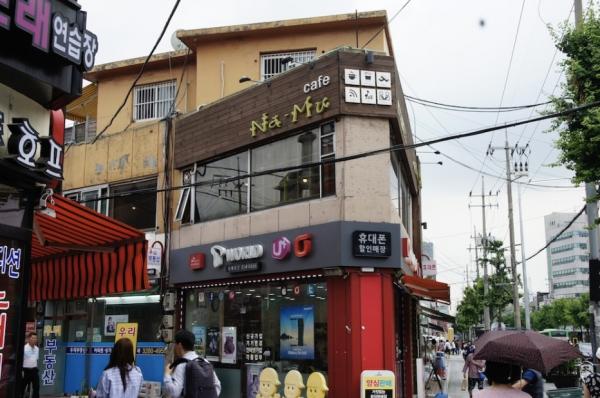 작구 상도동의 번화한 거리 이층의 카페 나무. 평범한 외관이지만 십대 여성들을 응원하고 지지하는 남다른 활동을 해오는 곳이다.