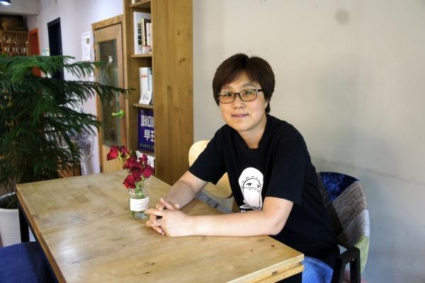 이곳은 비영리 민간여성단체 '좋은 세상을 만드는 사람들'이 운영한다.  대표이자 카페 나무의 운영위원인 김도은 씨.