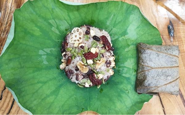 초록색 연잎에 잡곡, 연근, 대추, 견과 등 재료를 넣어 솥에 푹 쪄주면 담백한 연잎밥이 완성된다.
