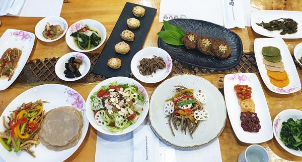 부여에서는 연잎밥 뿐만 아니라 연근을 다져 넣은 떡갈비, 연근잡채, 채소연근튀김 등도 맛볼 수 있다.