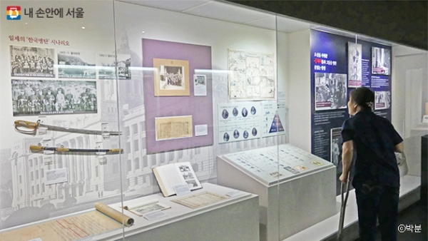 식민지역사박물관에서 한 시민이 전시물을 관람하고 있다