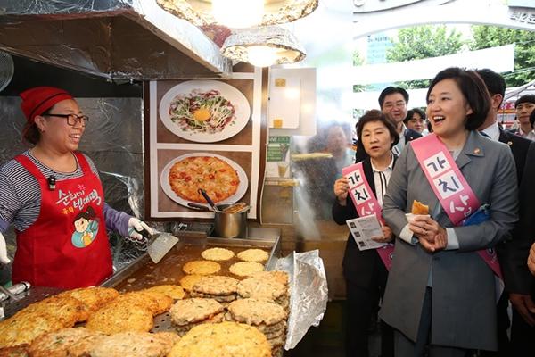 박영선 중소벤처기업부 장관이 서울 광장시장에서 '가치 삽시다' 캠페인을 펼치고 있다.