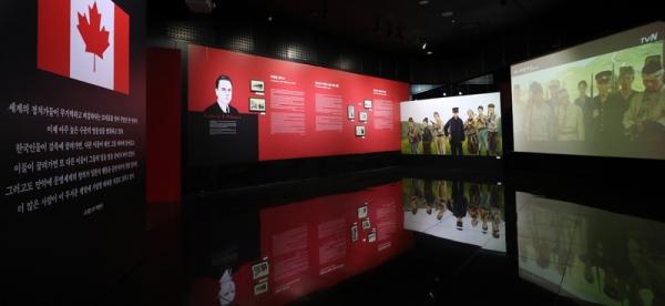 ▲ 지난 2월 23일부터 3월 31일까지 서울시민청 시티갤러리에서 열린 특별전 '한국의 독립운동과 캐나다인'의 프레드릭 아서 맥켄지 섹션의 모습. '항일의병' 사진, 사진을 그린 그림, 그리고 케이블방송국 tvN의 드라마 '미스터션샤인' 마지막회 장면이 함께 전시돼 있다. 전한 기자